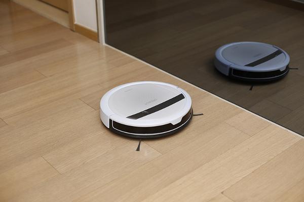 ecovacs robotics presenta sus robots multitarea controlables desde el mvil
