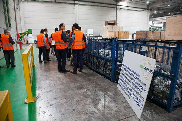 ambilamp y ambiafme visitan la planta de reciclaje de raees de recybrica ambiental