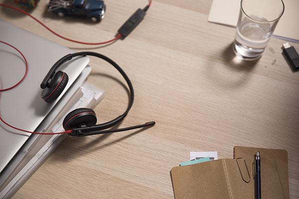 plantronics lanza dos nuevas series de auriculares profesionales