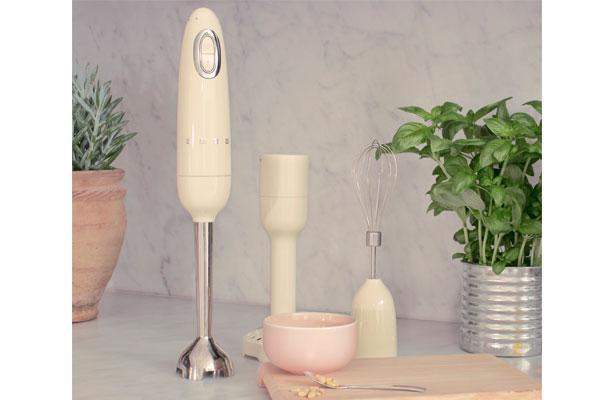 smeg incorpora la batidora de mano hbf02 a su lnea inspirada en los 50