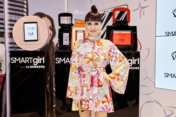 mara escot lanza una coleccin de bolsos inspirados en smartgirl que integran la tecnologa samsung
