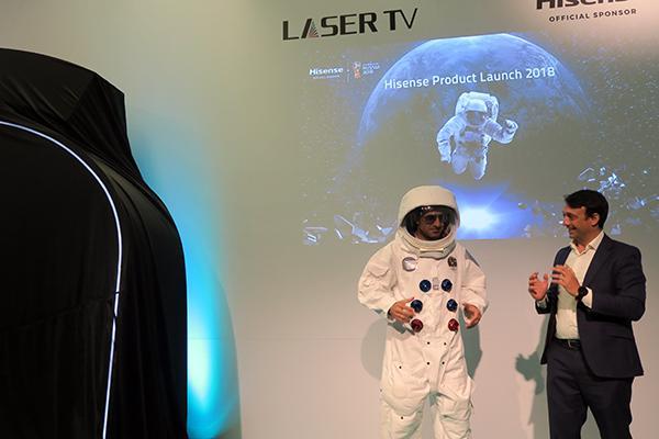 el astronauta luis figo promociona la televisin del futuro de hisense