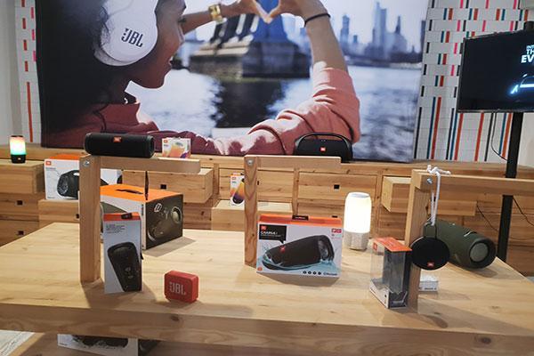 jbl vuelve con una gama de innovadores auriculares diseada para el movimiento