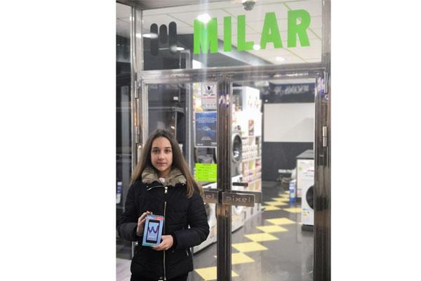 caslesa entrega un smartphone a la ganadora de la canasta milar