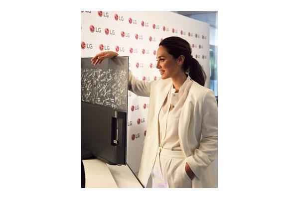 lg y tamara falc entregan a cooperacin internacional el televisor ms solidario de los premios goya