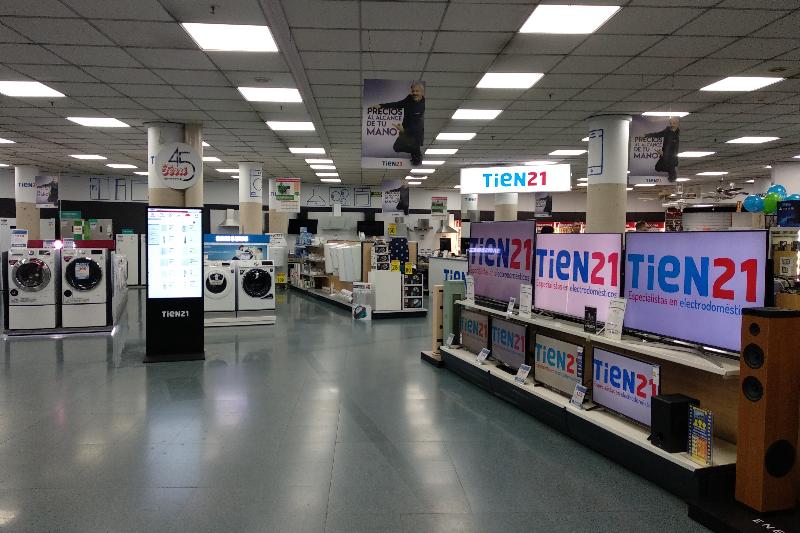 tien21 de villena renueva su establecimiento para adaptarse a la nueva imagen corporativa