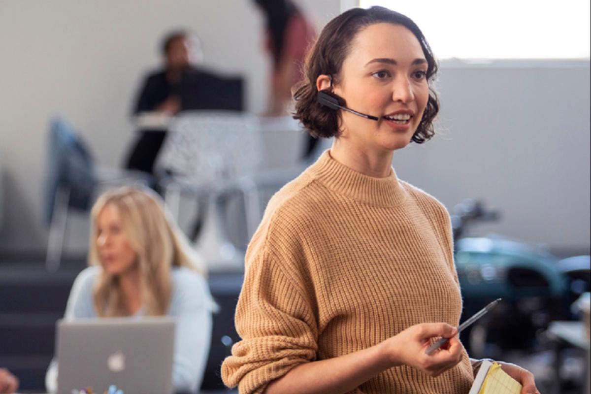 poly lanza auriculares profesionales que cancelan el ruido de las oficinas