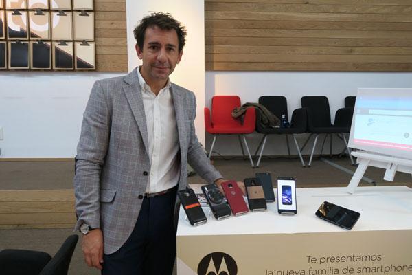 el nuevo smartphone modular moto z se transforma en un instante con sus moto mods