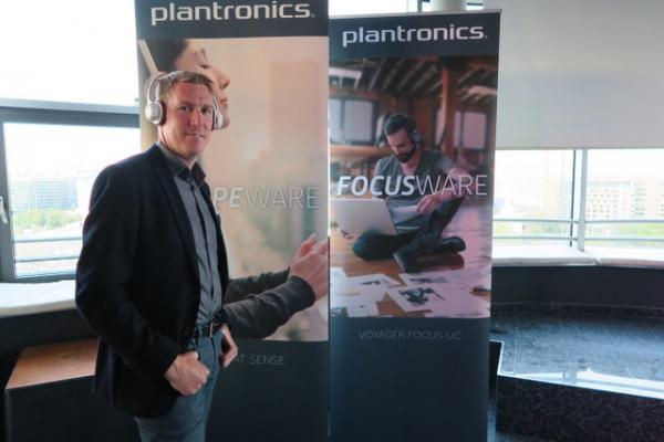 plantronics reinventa el sonido esteacutereo con los nuevos auriculares backbeat sense